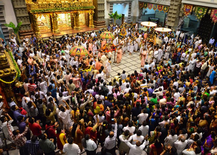 devotees-in-temple1