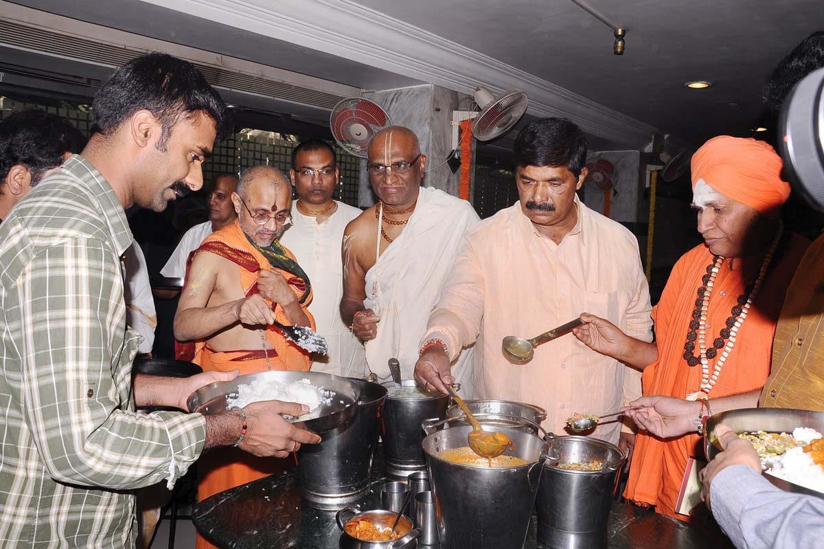 An inaugural scene of the Nitya Annadana program