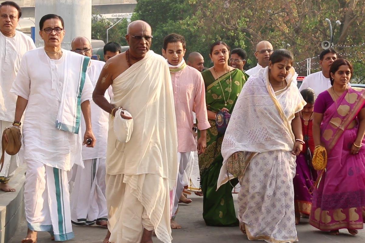 Krishnashraya devotees Chanting