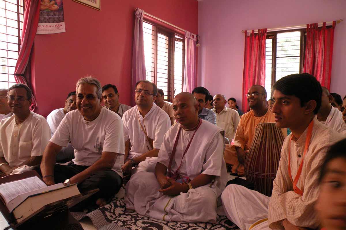Devotees attending Krishnashraya class