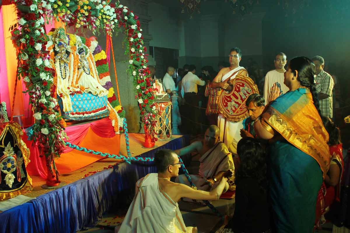 Devotees swinging Their Lordships