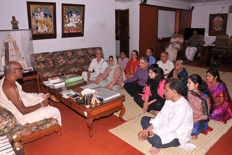 devotees interacting with sri madhu pandit dasa
